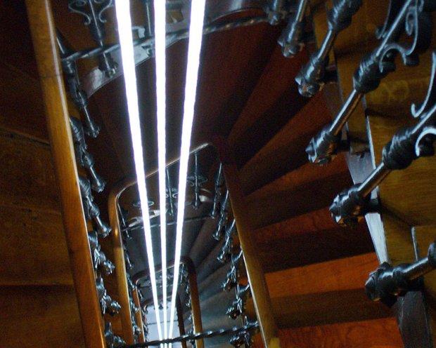 Escalier éclairé par 3 fibres optiques diffusantes traversant les 3 niveaux